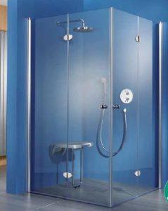 Eine bodenebene Dusche mit klappbaren Seitenwänden schafft Platz, nicht nur im Generationenbad. Foto: HSK